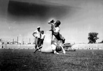 Jugadores realizan tacleada durante un entrenamiento de futbol