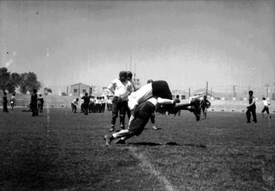 Jugadore realiza tacleada en un entrenamiento de futbol americano