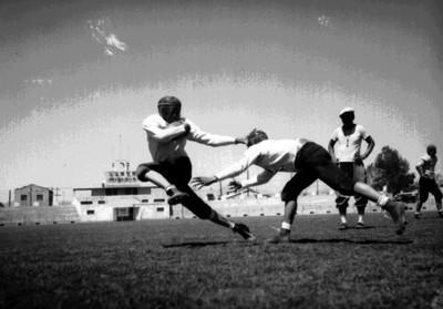Corredor de futbol americnao esquiva tacleada en un entrenamiento