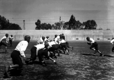 Jugadores de futbol americano entrenan jugada