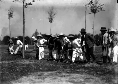 Exploradores caminan por un campo