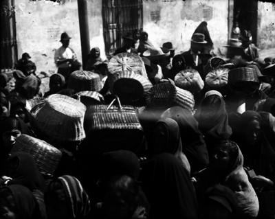 Mujeres aguardan en fila para conseguir artículos de primera necesidad