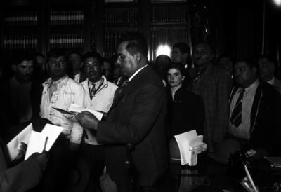 Lázaro Cárdenas lee documento a campesinos en Palacio Nacional