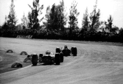 Corredores de autos toman una curva durante una competencia