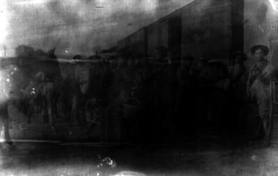 Federales y soldaderas, retrato de grupo