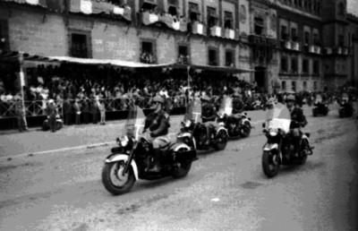 Agentes de tránsito desfilan frente a Palacio Nacional