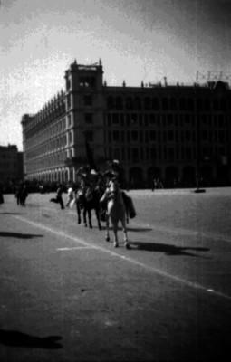Charros a caballo desfilan frente a Palacio Nacional