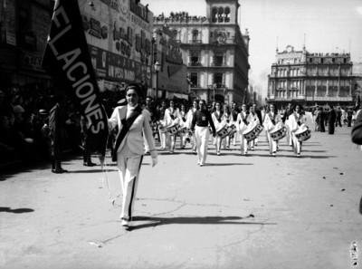 Banda de guerra desfila en la plaza Constitución