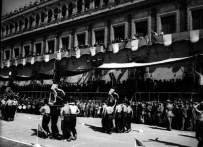 Gimnastas realizan rutina de ejercicios durante desfile frente a Palacio Nacional