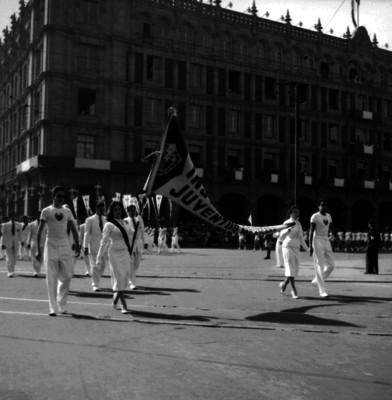 Alumnos del Instituto Nacional Juventud Mexicana desfilan frente al Ayuntamiento del D.F.