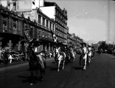 Asociación de charros desfila en conmemoración de la Revolución