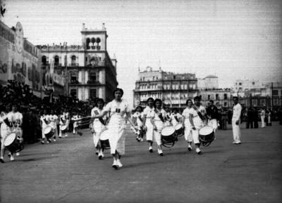Banda de guerra integrada por mujeres desfila en la plaza Constitución
