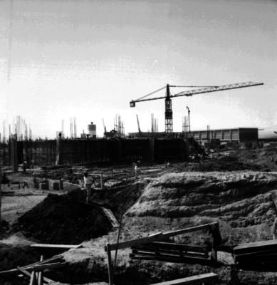 Albañiles durante la construcción del Palacio de los Deportes