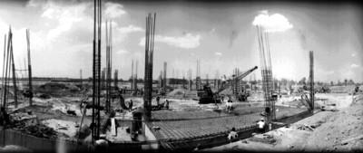 Hombres trabajan en la construcción del Palacio de los Deportes, panorámica