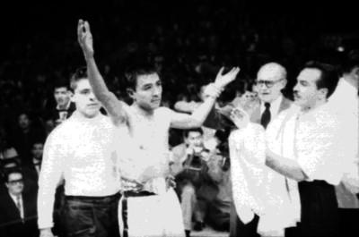 Referee levanta las manos del boxeador ganador