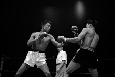 Boxeadores se enfrentan durante una pelea
