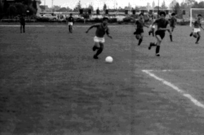 Futbolistas disputan durante un partido