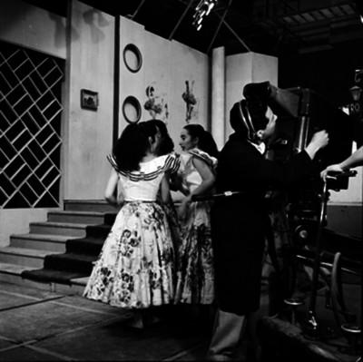 Camarógrafo y mujeres durante la grabación de programa de televisivo