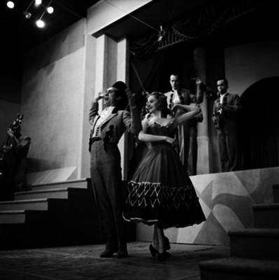 Actores bailan y cantan durante grabación de programa para televisión