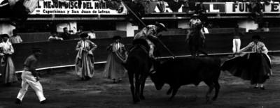 Simón Cárdenas observa a un picador durante una corrida