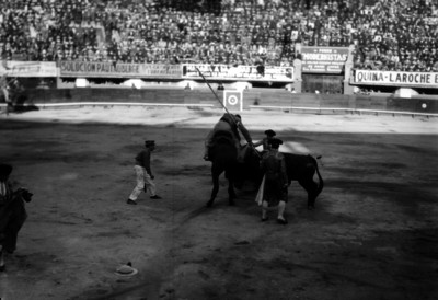 Simón Cárdenas observa a un picador durante la corrida