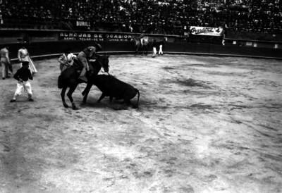 Simón Cárdenas a un picador de toros durante una corrida