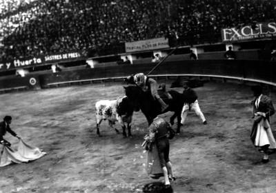 Simón Cárdenas observa a un picador en la plaza El Toreo