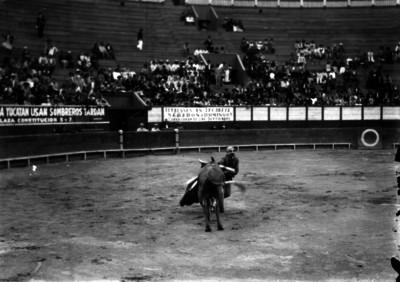 Simón Cárdenas durante una corrida pone banderillas disfrazado de Don Catarino