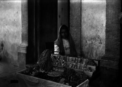 Vendedora de dulces en una calle, retrato