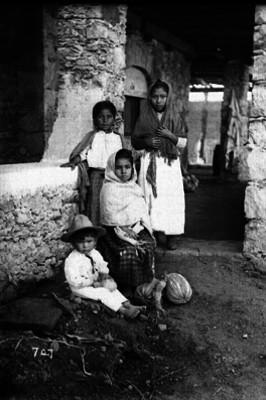 Niños en el portal de una vivienda
