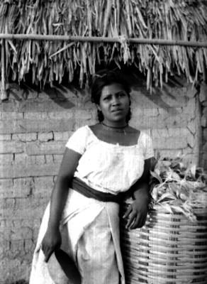 Mujer indígena con jícara, retrato