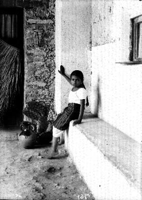 Niña con cantaro y nopal, sentada, retrato