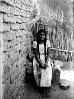 Mujer indígena en interior de vivienda, retrato