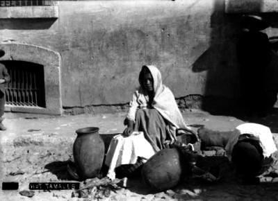Vendedora de tamales en una calle, retrato