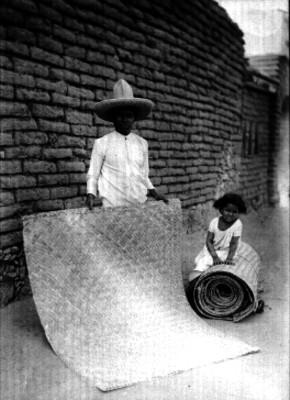 Vendedores de petates en una calle