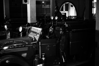 Bomberos a bordo de un camión de servicio salen de la estación