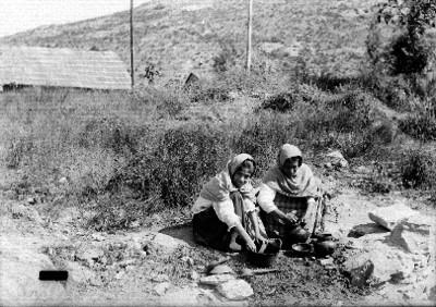 Mujeres lavan trastes en el campo