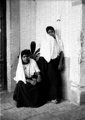 Mujeres en el rincón de una casa, retrato