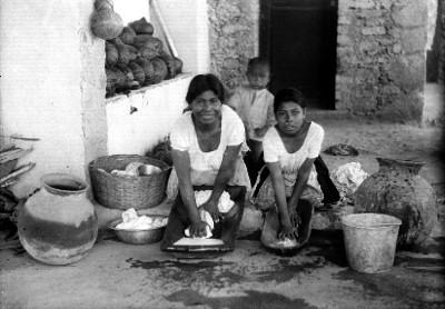 Mujeres lavan en bateas, retrato