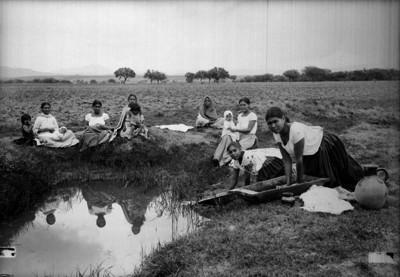 Mujeres lavan con batea en un estanque, retrato de grupo