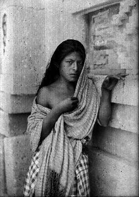Mujer con el hombro descubierto, retrato