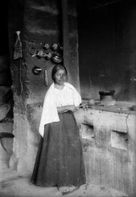 Mujer adolescente en una cocina, retrato