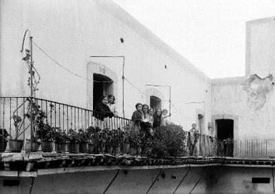 Mujeres en pasillo de una vecindad, retrato de grupo