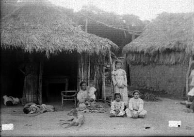 Familia campesina afuera de jacales