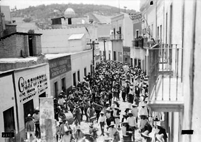 Festividad popular en una calle de Guanajuato