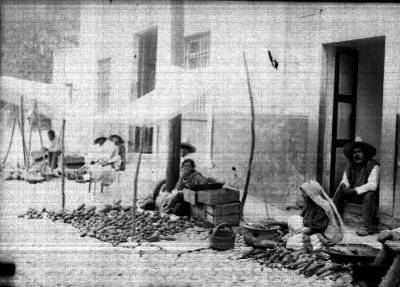 Vendedores de pan y elotes en una calle