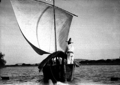Hombre abordo de una lancha en el lago de Chapala