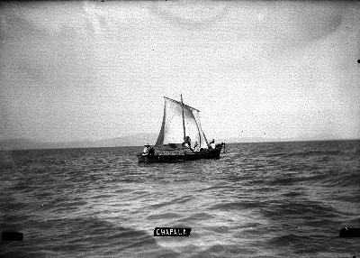 """Barca navega sobre el lago de """"CHAPALA"""""""