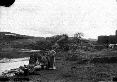 Mujeres lavan ropa a la orilla de un río