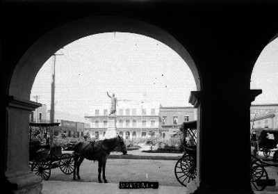 """Monumento en plaza pública de """"MONTERREY"""""""